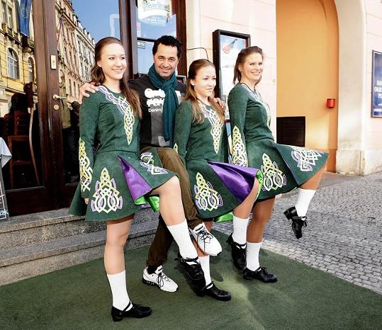 Martin s irskými tanečnicemi.