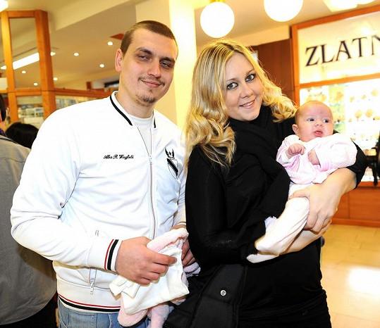 Klára Kolomazníková s partnerem a dcerou.