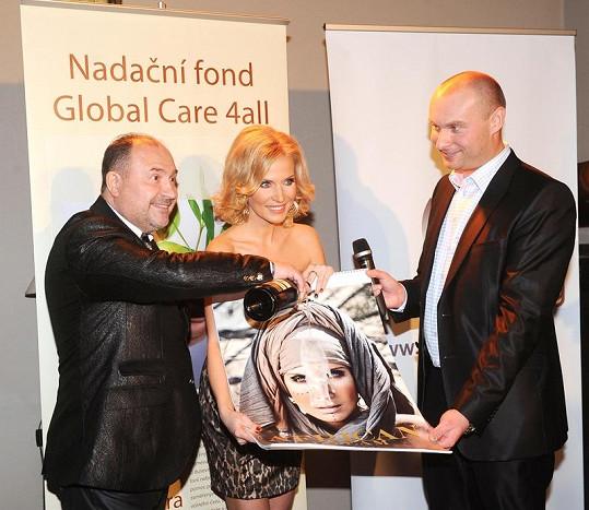 Michaela Ochotská pokřtila svůj další kalendář s kmotry Michalem Davidem a ředitelem společnosti Global energy Radkem Kupkou.