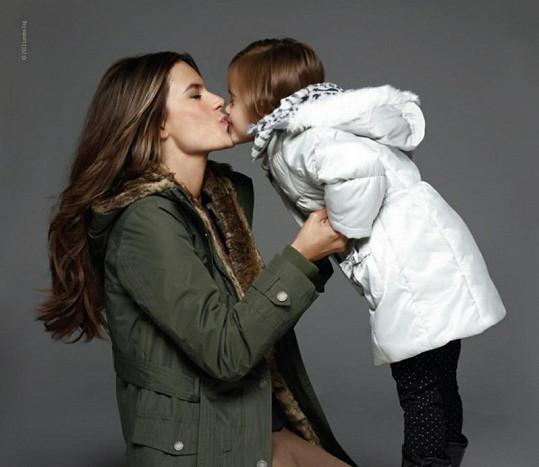 Maminka s dcerou pózovaly pro kampaň značky London Fog.