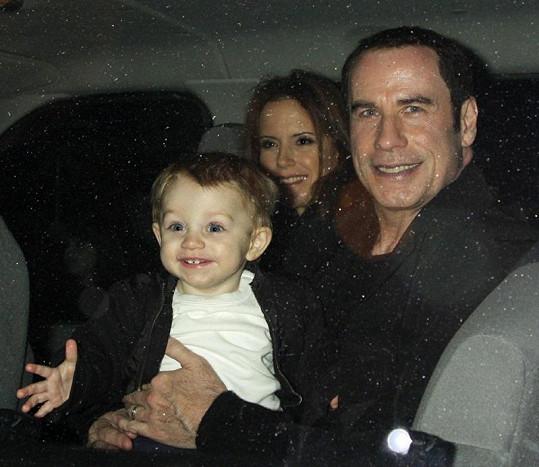 Hrdý otec John Travolta pěvně svírá svého ročního syna.