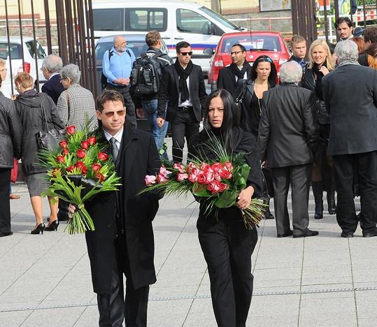 Johana Brzobohatá přišla na pohřeb svého tchána v doprovodu rodinného přítele.