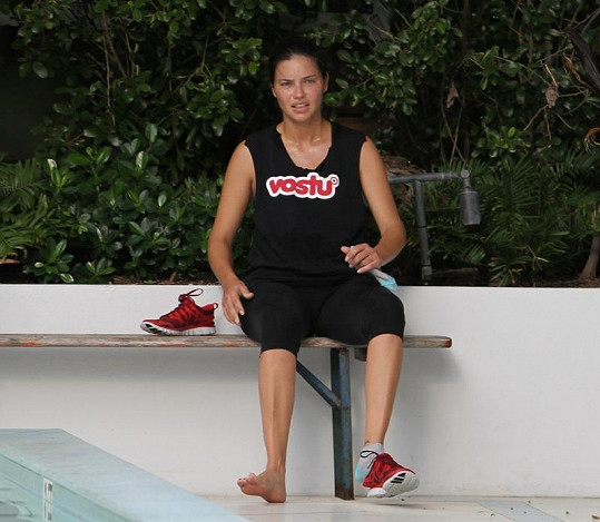 Adriana Lima shazovala před přehlídkou těhotenská kila.