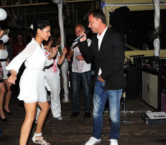 Nikol Plzáková a její divoký tanec při vystoupení Zdeňka Style Hrubého.