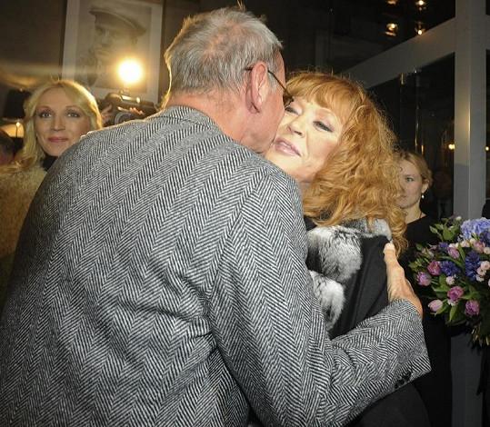 Legendární zpěvačka se vítá s režisérem Andrejem Končalovskym.
