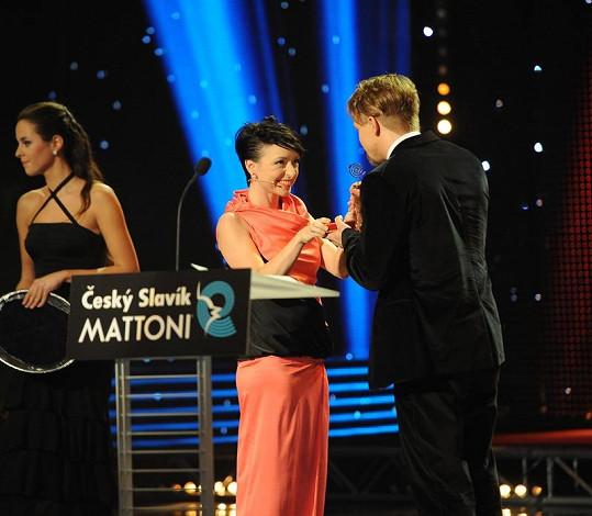 Táňa předala cenu Tomáši Klusovi.