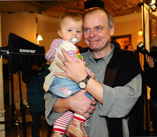 Igor Bareš vypadá v roli otce spokojeně.