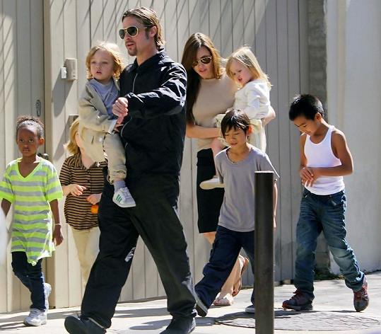 Brad Pitt s celou početnou rodinou.