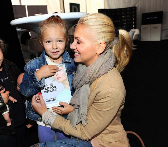 Dara Rolins s dcerou Laurou, o kterou se přetahuje s expartnerem Matějem Homolou.