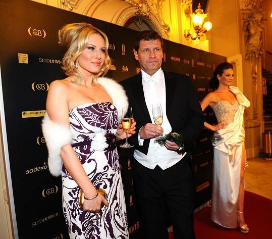 Krainová nakráčela na ples v doprovodu rodinného přítele Ladislava Nováka.