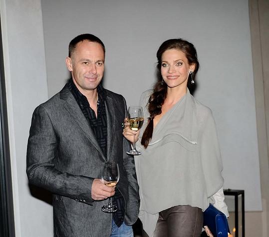 Andrea Verešová s manželem na párty.