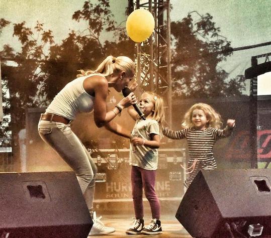 Za Darou na pódium přispěchaly také dcera Laura a dcera její manažerky Evy Charlotta.