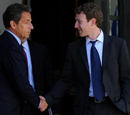 Alespoň na setkání s francouzským prezidentem Sarkozym si Zuckerberg vzal oblek.