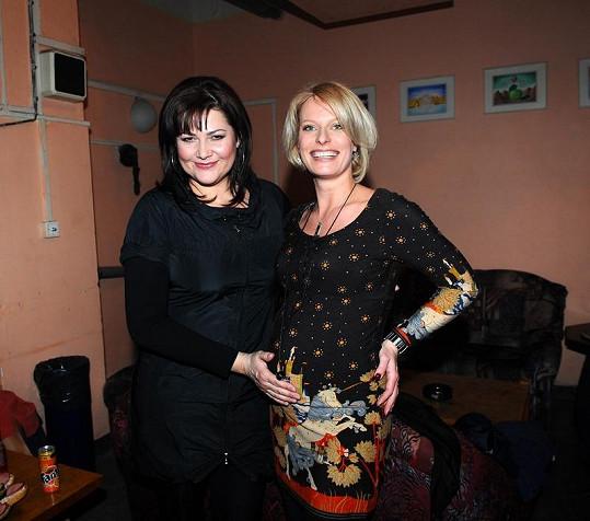 Kristinino vyklenuté bříško obdivuje rovněž těhotná Ilona Csáková.