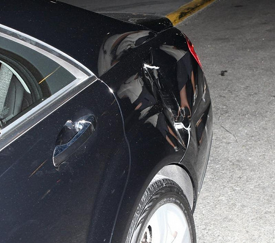 Mercedes z nehody vyvázl jen s pomačkanými plechy.