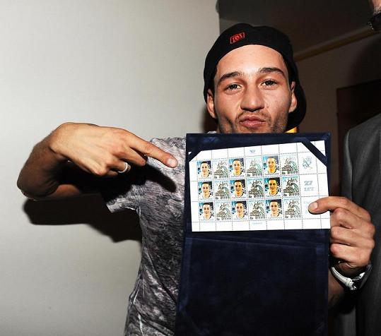Sámer Issa dostal k narozeninám známky se svojí podobiznou.
