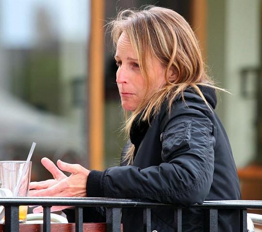 Známá herečka na obědě v Brentwoodu.