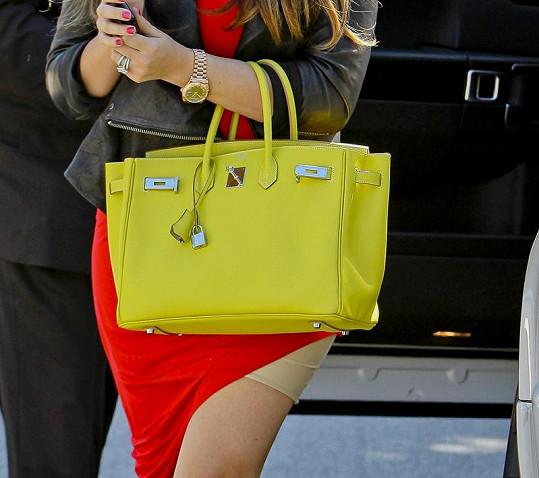 Khloé Kardashian a její vykukující spodní prádlo.