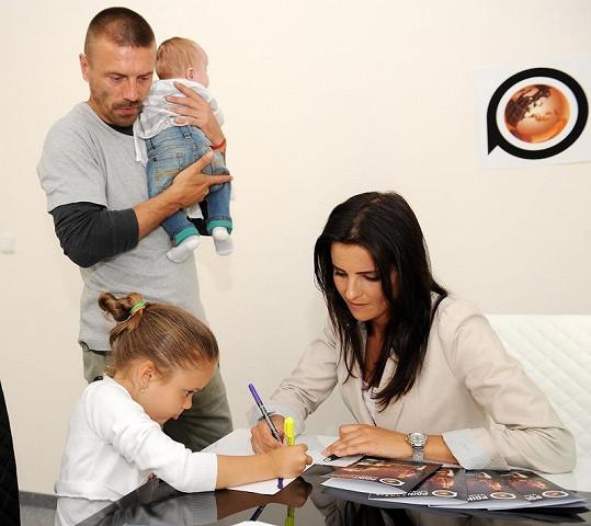 Tomáš Řepka přihlíží první hodině Vlaďčiny dcery Viktorky v jazykové škole.