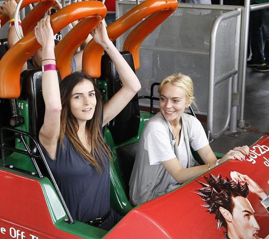 Lindsay a Ali v zábavním parku.