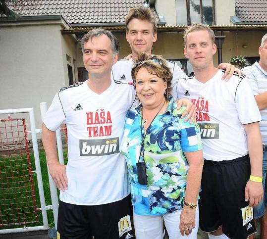 Jiřina Bohdalová s Ivanem Trojanem, Vojtou Dykem a Jakubem Prachařem.