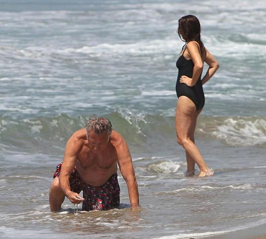 Dustin Hoffman hledá kraby a mušle.