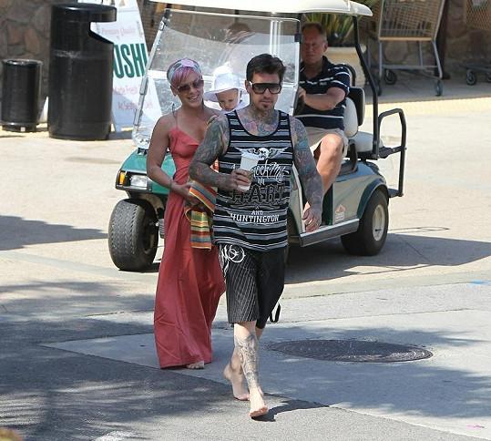 Pink ve slušivých šatech s dcerou a manželem Carey Hartem.