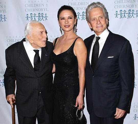 Kirk Douglas, Catherine Zeta Jones a Michael Douglas (zleva).