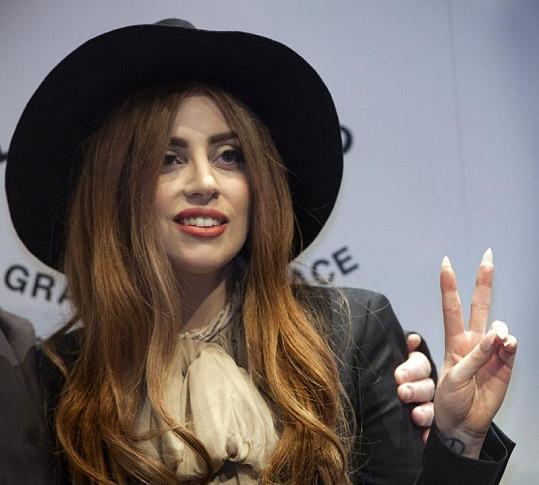 Zpěvačka věnovala finanční odměnu nadaci Eltona Johna.