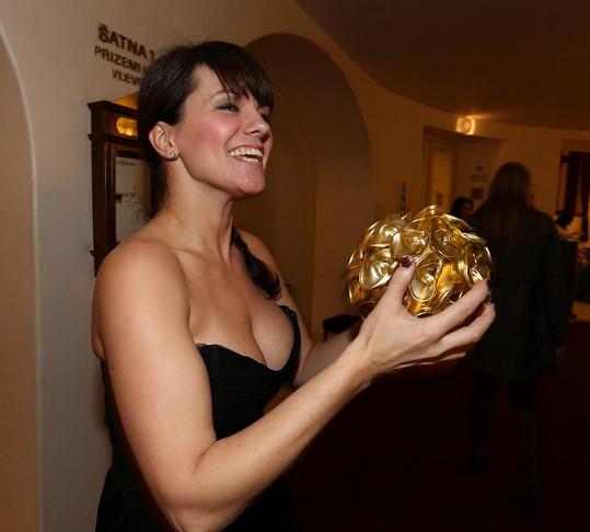 Marta Jandová se na Českém slavíkovi prezentovala tímto úchvatným dekoltem a potěžkala si cenu pro Hvězdu internetu.