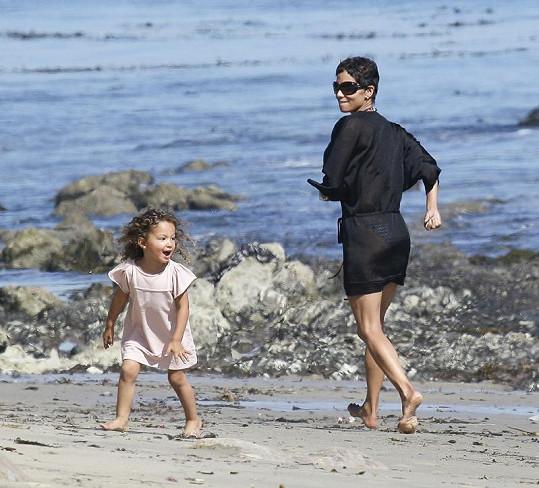Halle Berry dováděla v dubnu s malou Nahlou na pláži.