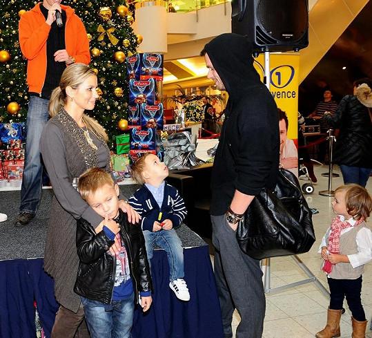 Leoš s manželkou a syny v OC Letňany.