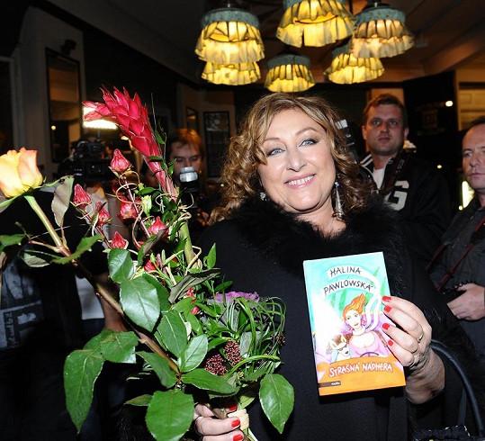 Halina Pawlowská se svou knihou.