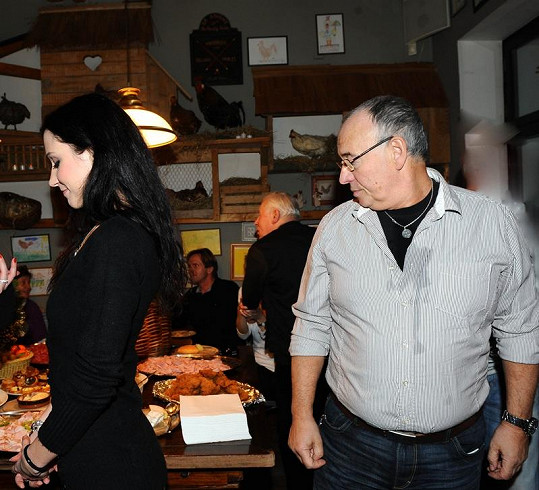 Ivan Vyskočil mlsně hleděl na pozadí své partnerky.