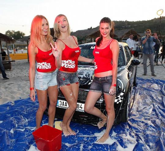 Dominika s Romanou Pavelkovou a Mirkou Košťanovou soutěžily v mytí aut.
