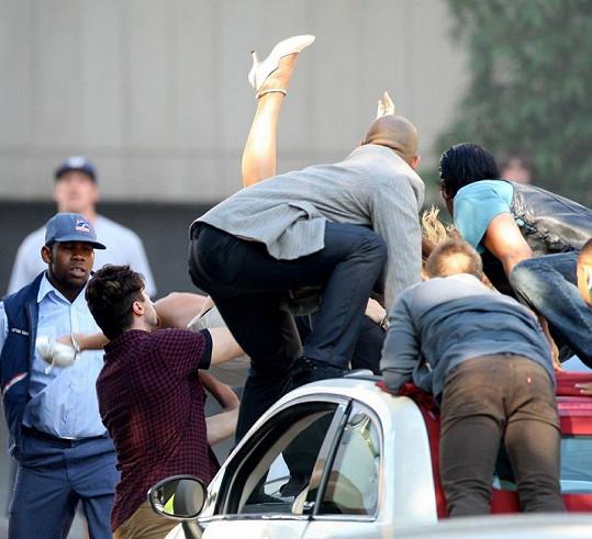 Jennifer Lopez v obležení silnějšího pohlaví.