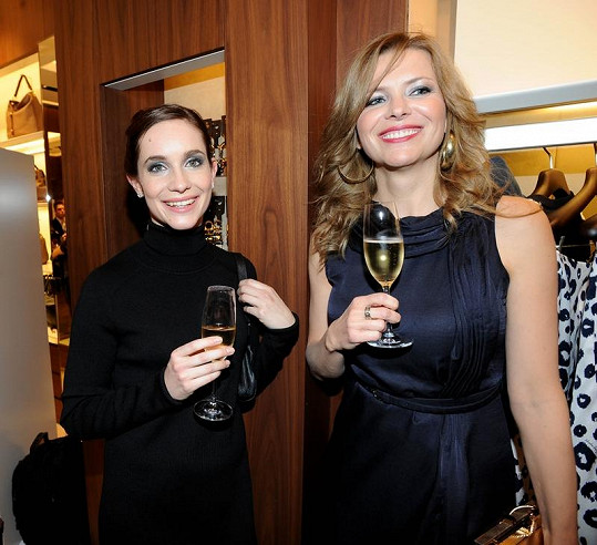 Jana Štefánková s herečkou Hanou Vagnerovou na párty v Pařížské ulici.