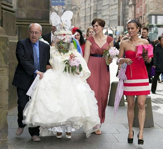 Elaine s Douglasem a svatebními hosty.