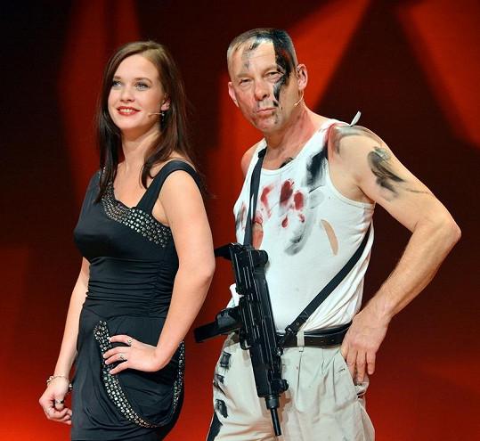 Kristýna Leichtová s Václavem Marhoulem coby falešným Brucem Willisem.