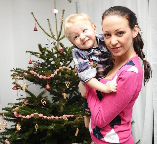 Agáta se synem Kryšpínem, který se už moc těší na Vánoce.