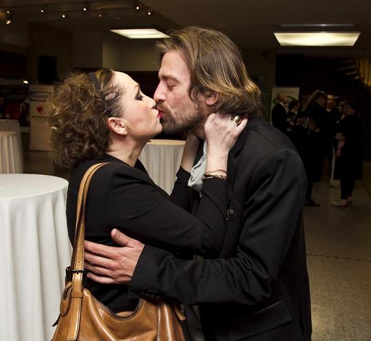 Bára Basiková s manželem se po představení pořádně políbili.