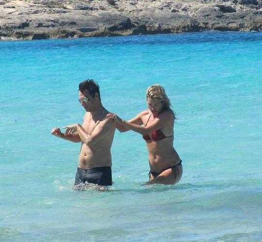 Modelka a její manžel Jamie Hince na Ibize.
