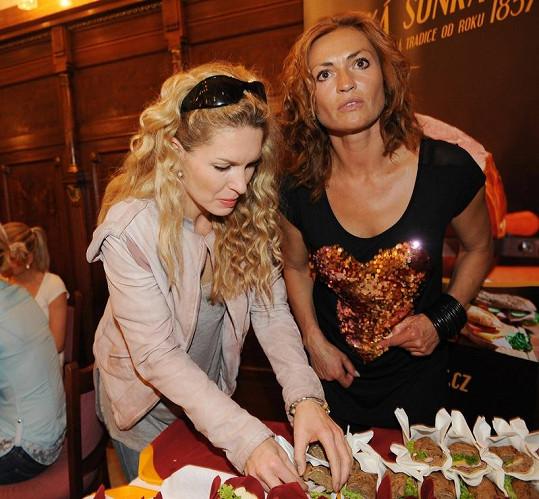 Menzelová a Kynychová u bufetového stolu.