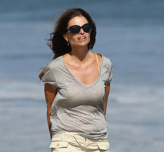 Maria Shriver na pláži.