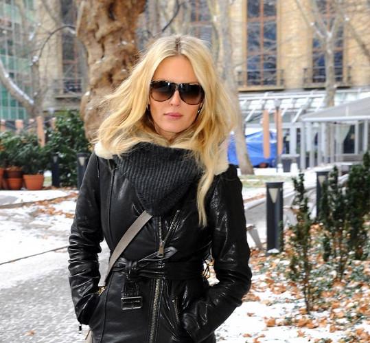 Simona Krainová sladila maskáčové kalhoty i brýle.