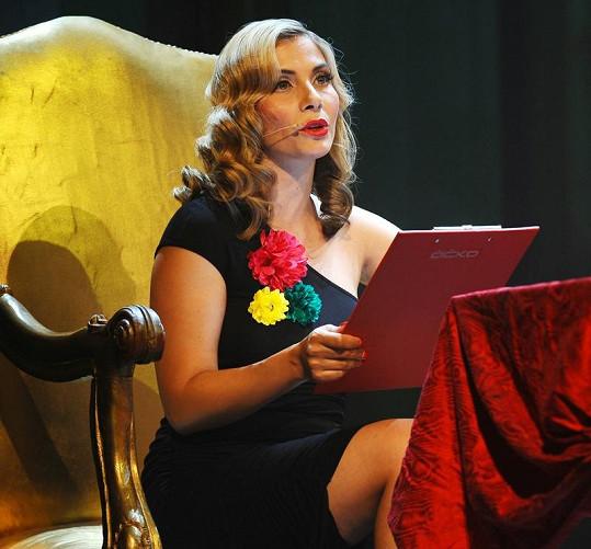 Eva Decastelo s blond vlasy.