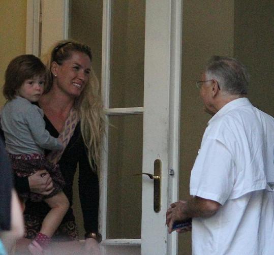 Jiří Menzel vítá svou manželku Olgu a nevlastní dcerku Annu.