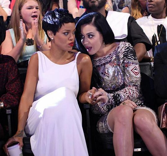 Rihanna s Katy Perry si neustále něco špitaly.