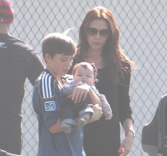 Chlapec dlouze choval tříměsíční Harper, maminka Victoria po očku dohlížela.