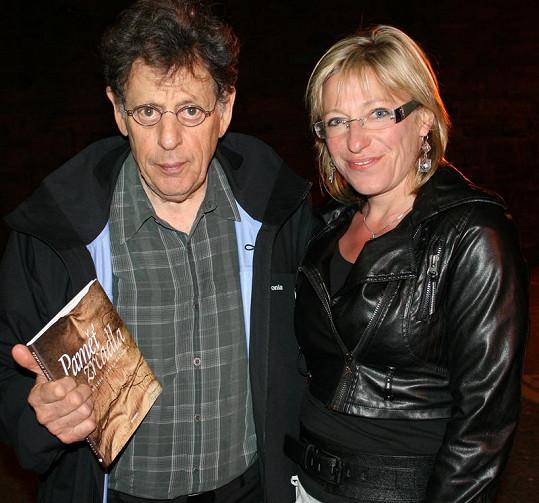 Knihu Paměť zrcadla dostal od Lucie Paulové osobně i slavný skladatel Philip Glass, se kterým se obě autorky setkaly v irském Dublinu.